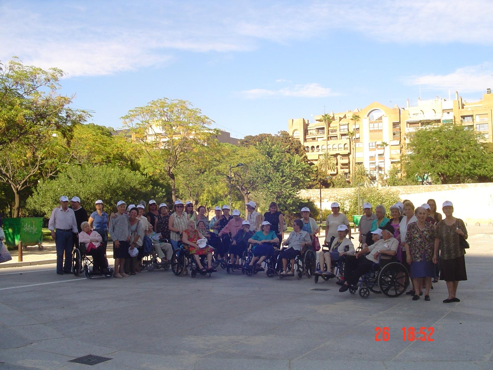 los nayores del centro de día Instituto geriátrico salen de paseo