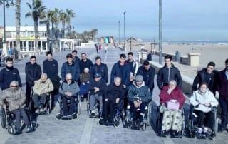 nuestros mayores se van de paseo a la playa de Valencia